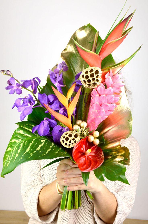 35€ | Bouquet Festif Noël | Dendrobiums bleus, Héliconia , Anthurium rouge, Alpinia rose, Balisier, petites boules de Noël, graines de pavot