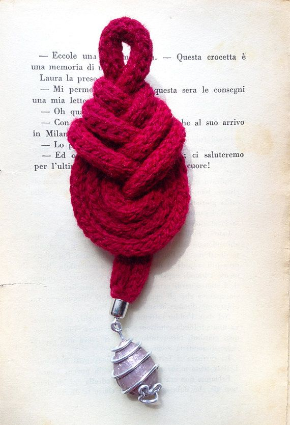 Nodo pipa rosso con ciondolo rosa antico. Red pipa knot with antique pink pendant.