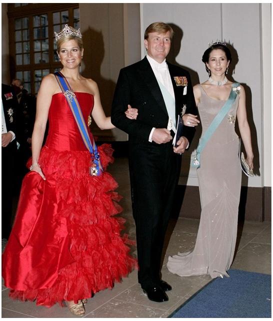 Prachtige baljurk van Bernito Fernandez die prinses Maxima naar het 60ste verjaardagsfeest van koning Carl Gustaf van Zweden droeg in 2006.