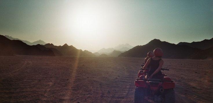 Quadbiking in one of Egypt's deserts (c) Lomoherz.de