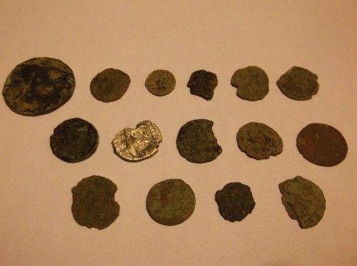 Römische Münzen nach Reinigung - mit einer Silbermünze