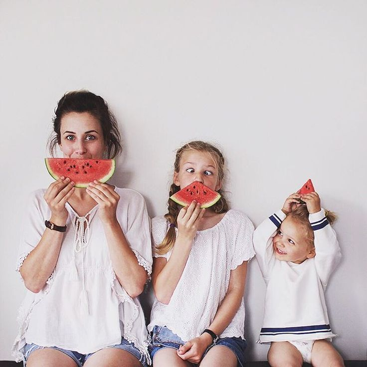 Adorable photo of mom and two daughters. Would be so fun to recreate!