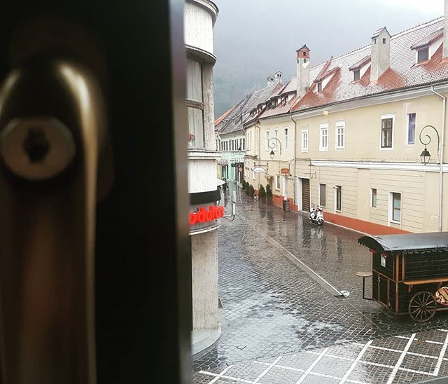 A view #traveling #ilovemycountry #brasov #rainyday #beautifulplaces #people #lovejob