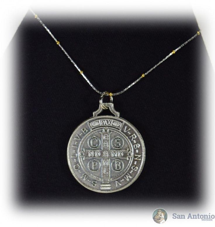 Medalla De San Benito (4 Cm): El origen de esta medalla se fundamenta en una verdad y experiencia del todo espiritual que aparece en la vida de san Benito, tal como nos la describe el papa san Gregorio en el Libro II de los Diálogos.