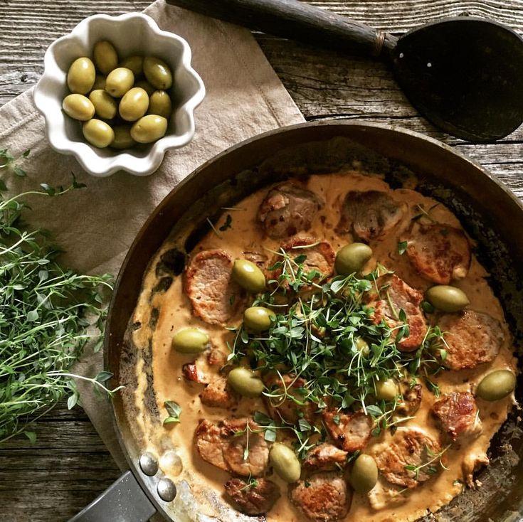 Smaker från Medelhavet. Fläskfilé i sås med vitlök, soltorkade tomater, créme fraîche och balsamico ... toppat med kalamata-oliver och timjan. #medelhavsmat #gryta #pralinsystrarna #fav Recept: Fläskfilé 500g 1 schalottenlök 2 vitlöksklyfta 5 soltorkade tomater 1 burk créme fraîche 1 msk balsamico 1 tsk soja Salt & Svartpeppar 20 Gröna Kalamataoliver  Färsk timjan