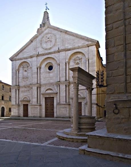 Pienza, the door to the Orcia Valley, is a small and picturesque hill town perfect for romantic weddings in front of breathtaking views.