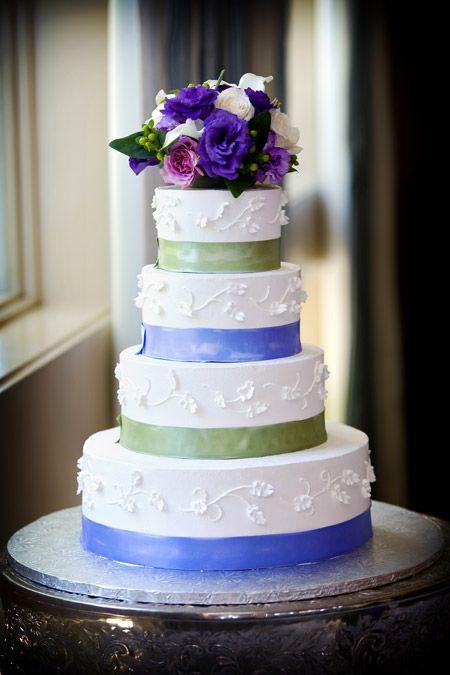 Bruidstaart wit in 4 lagen met blauwe en groene versierde banden