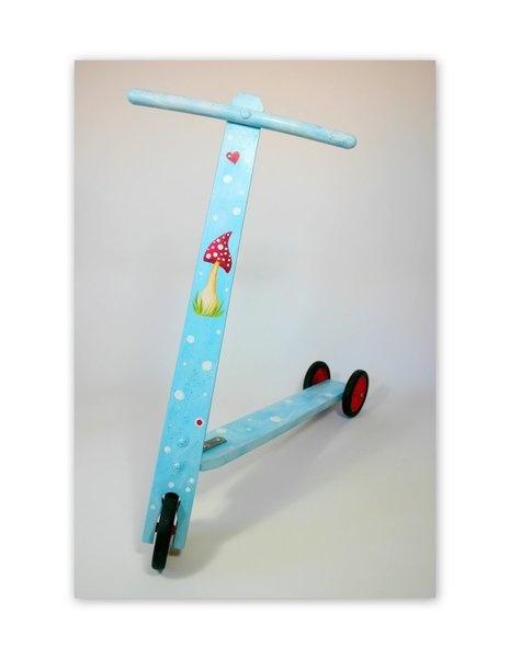 Kleiner gebrauchter Roller aus Holz. (geeignet für Kinder bis ca. 3 Jahre)    Bisher ist meine Tochter damit herumgeflitzt. Nun aufgehübscht mit Acryl