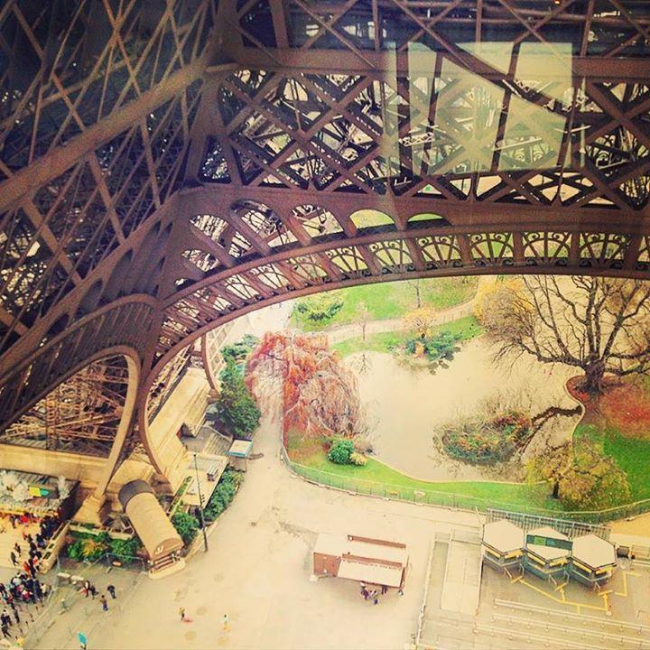 А внизу бурлит жизнь. Какие же мы крошечные #эифелевабашня #toureiffel #paris #france #париж #видсэифелевоибашни #eiffel_tower #букашки #goodmorning by marina__k Eiffel_Tower #France