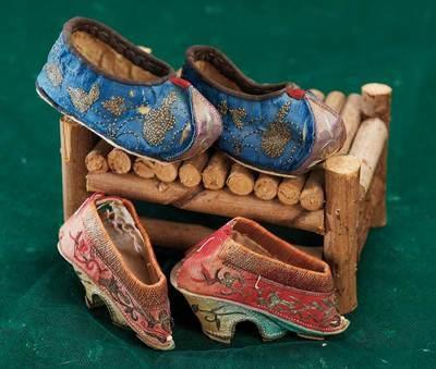 Chaussures chinoises pour pieds bandés. 7 cms. comme ceux de Mi Mei Cixi.. Les Crèvecoeur/Romain http://amzn.to/1wE8Gx9