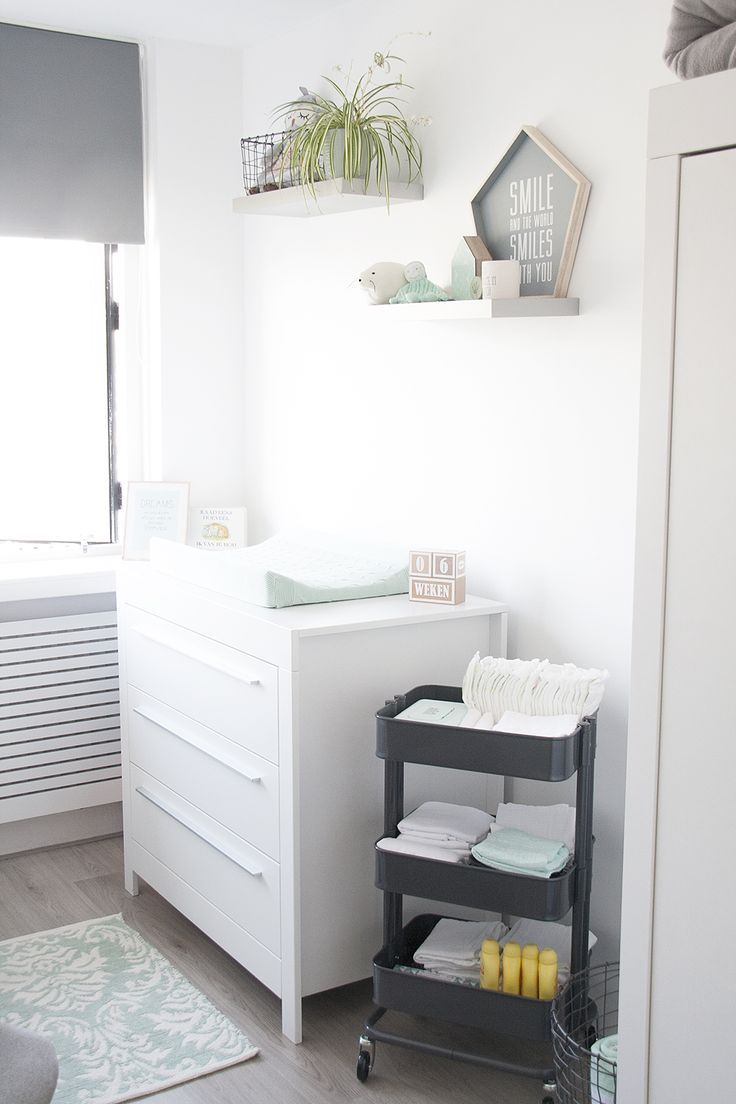 great onze mintgroene babykamer kinderkamer met commode en rol trolley van ikea our nursery room. Black Bedroom Furniture Sets. Home Design Ideas