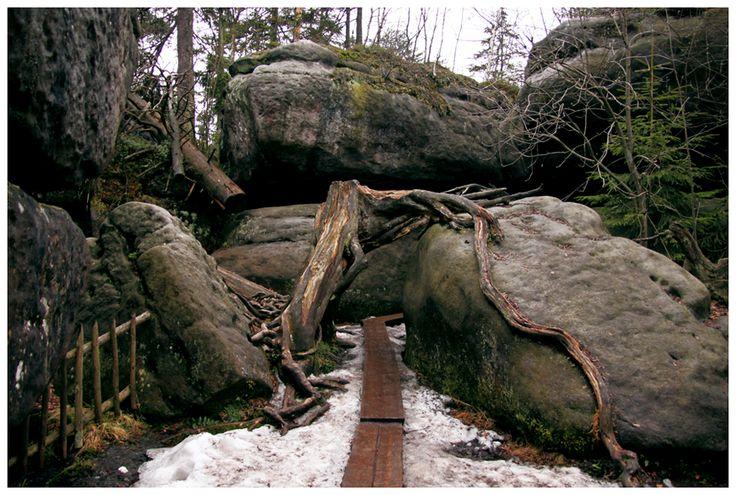 Labirynt Błędne Skały na obszarze Parku Narodowego Gór Stołowych - pod koniec kwietnia nadal zalegał tu śnieg, który nie zdążył się stopić po zimie.