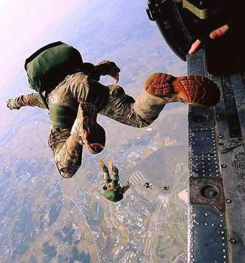 Pakistan Army. Airborne training time.