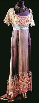 """1890-1914  Epoka: belle epoque/edwardiańska  Charakterystyczne: pełna klatka piersiowa i biodra, rozkloszowana spódnica, fantazyjne wzory, lata 90.: bufiaste rękawy. Po 1907 roku klatka piersiowa się spłaszcza, sylwetka łagodnieje, spódnica zwęża się i skraca. Charakterystyczna przegięta sylwetka """"S"""""""