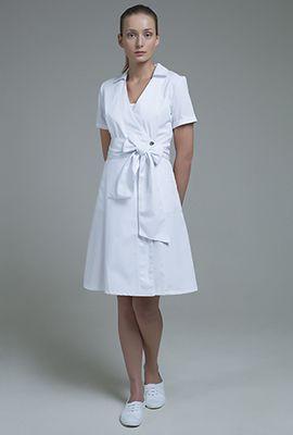 Описание  Ткань  Подобрать размер   Медицинский халат-платье с запахом и с расклешенной юбкой. Модель с глубоким V-образным вырезом и небольшим отложным воротничком. Широкий съемный пояс-бант может быть завязан как спереди, так и сзади.