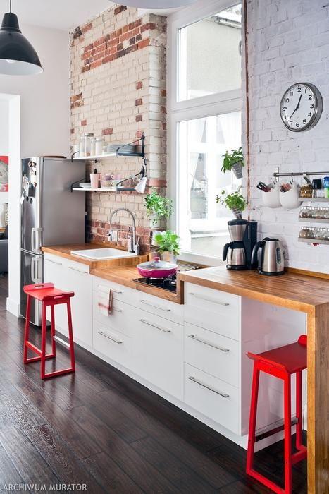 Czerwone krzesła w kuchni