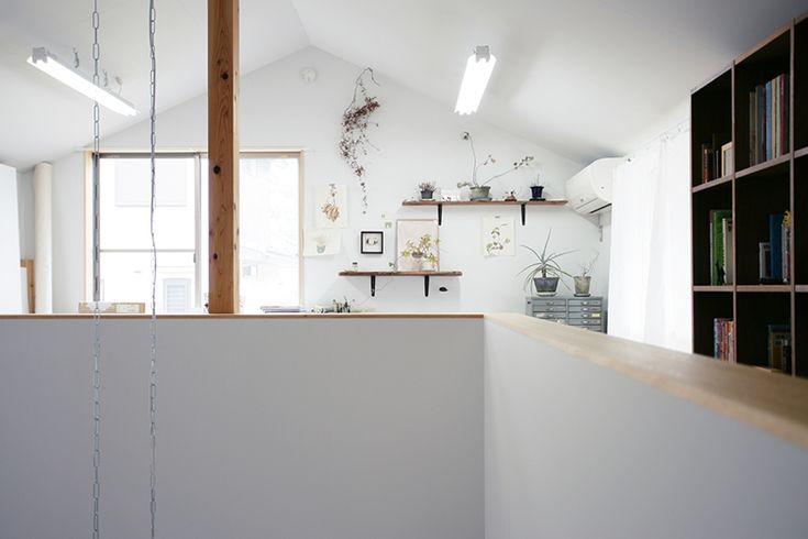 <p>三角屋根がつくる陰影が美しい壁と天井は塗装仕上げ。わずかにグレーがかった白で、落ち着いた雰囲気に仕上げています。</p>
