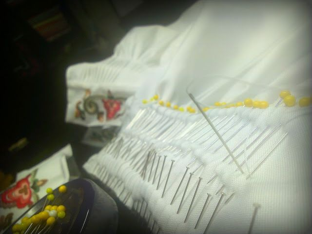 Kjedesting:   Her blir det mange nåler for å få til en liten, fin og nyttig søm som holder foldene på plass.