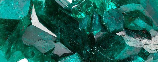 Meaning of the Emerald: what is this precious stone? Padre, medium, tells you more about this magic stone, the emerald. Discover the meaning of precious stones now!