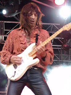 Walter  Giardino aun que el es un guitarrista pero bueno