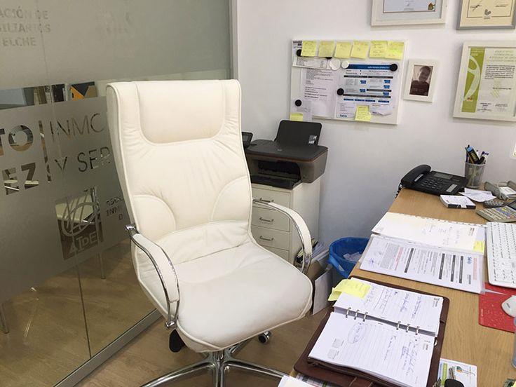 Sillón BOSS en piel color blanco, otorga elegancia y mucho carácter al espacio de trabajo #oficina #interiorismo