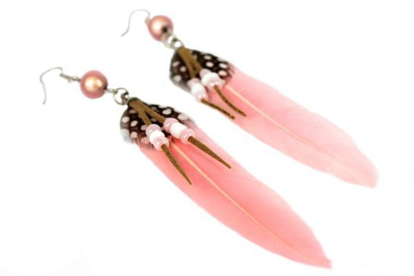 Boucle d'oreilles plumes pas cher de couleur rose pâle. Light pink fashion earrings woman