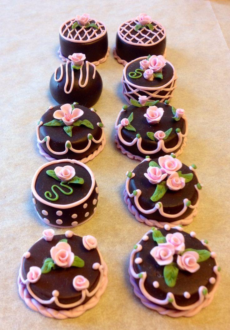 Miniature cakes made by Charlotte Sköld