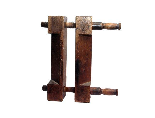 Prasa leżąca do złocenia Prasa belkowa (stołowa)- służy do nacinania rowków na grzbiecie bloku książkowego ułatwiających w dalszy procesie oprawy szycie lub złocenia grzbietów gotowych opraw książek . Również prasa belkowa jest pomocna przy nabijaniu oporka ( grzybka) i barwieniu brzegów oprawy. Mocne zakręcenie prasy ułatwia pachołek z dwiema rączkami, nakładany na nakrętki.
