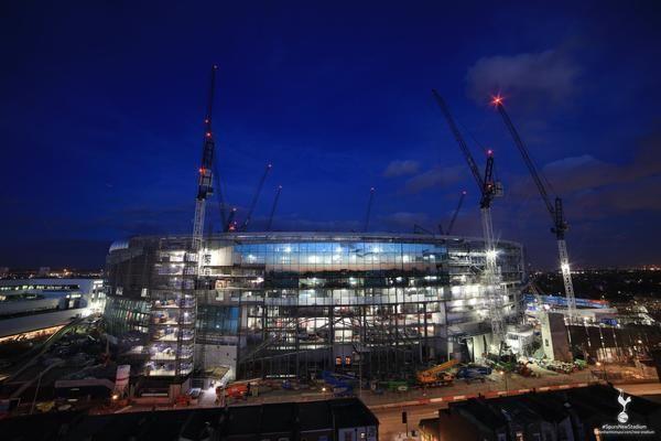 Εκπληκτικές εικόνες από το νέο γήπεδο της ομάδας μας μέσα στη νύχτα που δείχνει το νέο στολίδι του Λονδίνου να λάμπει και να ανυψώνεται τρ...