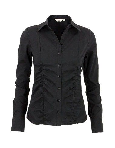 Zwarte blouse met lange mouwen en kraag. Het getailleerde stretchmodel heeft speelse rimpels op het voorpand en sluit met knoopjes.  #zomercollectie #zomerkledingdames #zomerkleding