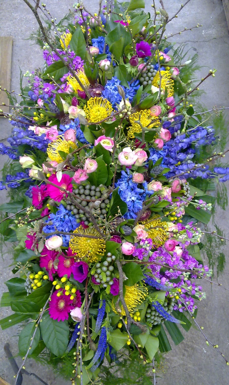 Adorns the complete coffin, all spring flowers By BloemenVanMadeleine