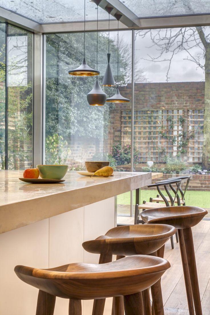 Houten krukjes bij moderne keuken