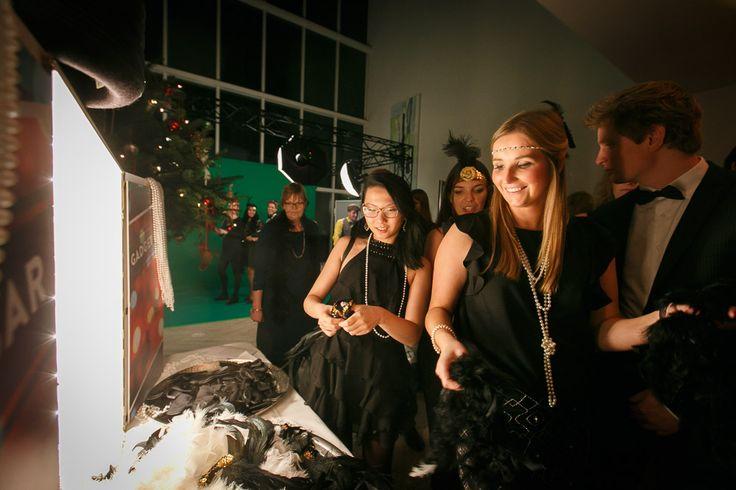 Dresscode voor een Great Gatsby Party.   De dresscode voor de dames is Flapper. Flapper-girls dragen huidkleurige panty's, zware zwarte make-up, een flapper dress met ontblote schouders en accessoires zoals parelkettingen en charleston haarbandjes met veren. Een cloche hoed mag ook. Daar hoort dan wel een kort (bob)kapsel bij. De schoenen hebben een lage hak en over de wreef een bandje, zodat je de Charleston makkelijk danst. Klik op de afbeelding voor meer informatie!