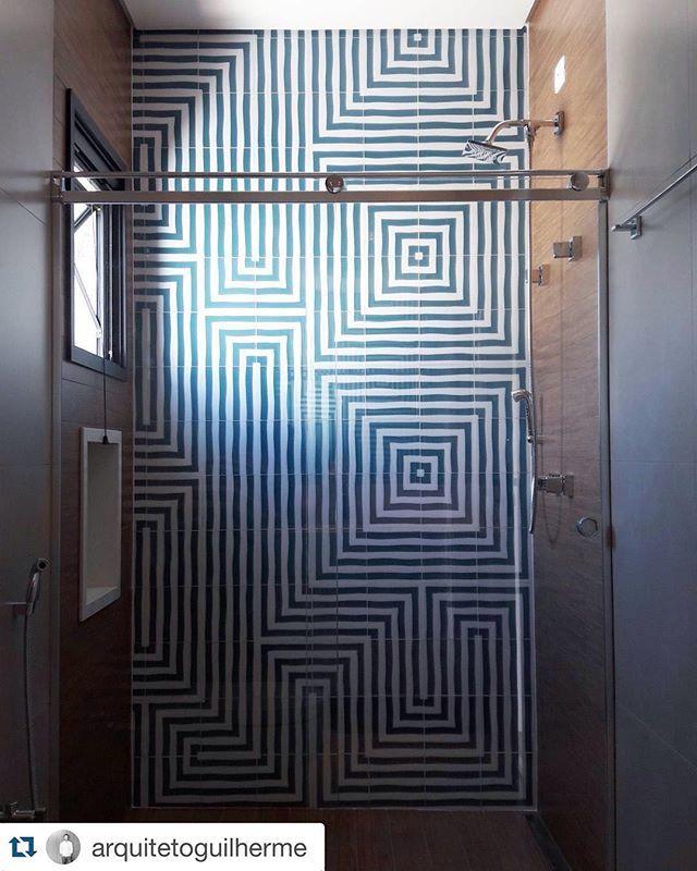 Banheiro infantil com Al Mare por @arquitetoguilherme que utilizou 120 azulejos numerados e mapeados na posição certa para não ter erro, o resultado foi esta paginação incrível #decortiles #deeplove #almare #azulejos #tiles #mediterraneo #banheiro #bathroom #arquiteturainteriores #bath #homedecor @arquitetoguilherme with @repostapp. ・・・ Projeto de Arquitetura de Residência na cidade de Jundiaí. Banheiro Infantil masculino.