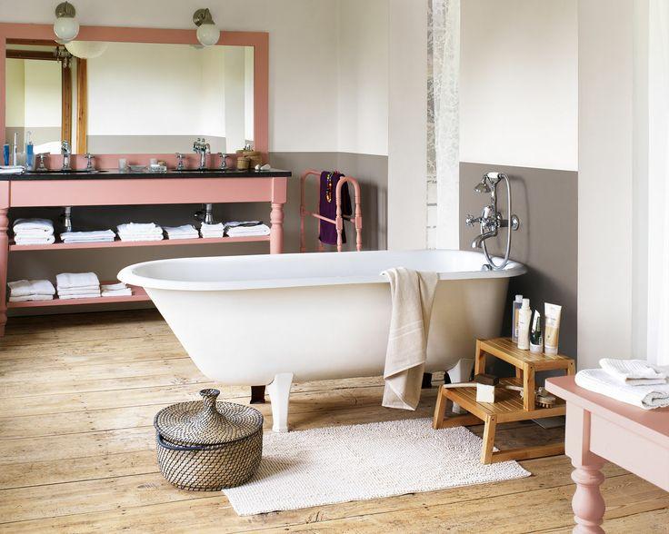 Utilisez des touches de corail pour éclaircir les teintes naturelles. Dans cette salle de bain rustique, les tons crème et les bruns clairs se mêlent harmonieusement aux tons de bois naturel, les touches de corail apportent du peps.