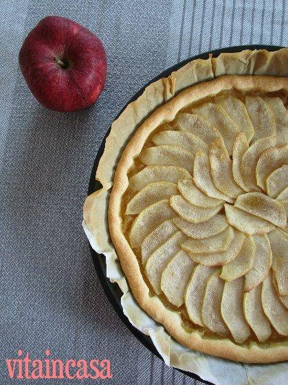 La crostata di mele facilissima è smart perché si prepara con la pasta brisée pronta e con soli 3 ingredienti: pasta brisée, mele e zucchero di canna!