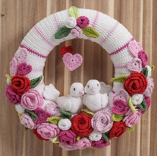 Crochet a lovely wreath suitable for many festive occasions. Think weddings, engagements, anniversaries or the birth of a sweet baby and - ofcourse - Valentine's Day. Just change the colors for the occasion and you have a beautiful handmade gift the recipient will love! A beautiful, very detailed pattern to create your own sweet wreath.