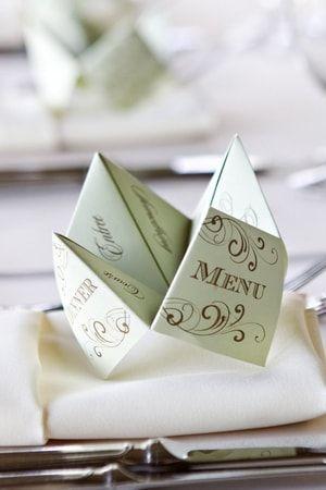Un menu en forme de cocotte en papier : 10 idées tendance pour la déco de votre mariage - Journal des Femmes