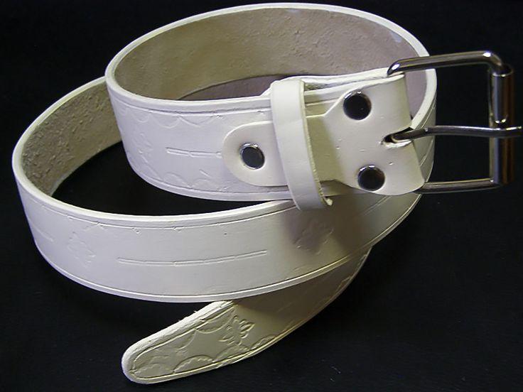 Кожаный белый ремень. Белый ремень из натуральной кожи. Небольшой орнамент украшает всю длину ремня! Стойкая краска имеет несколько оттенков вплоть до цвета слоновой кости