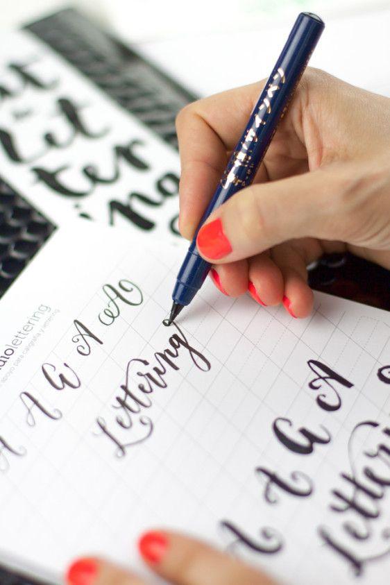 """Para todas aquellas almas creativas que no han podido asistir al """"Taller de lettering para eventos bonitos"""" hemos creado un KIT completísimo con el paso a paso, ejercicios, herramientas y más para que aprendas, desde casa y a tu ritmo, a crear los letterings más alucinantes que puedas imaginar. ESTE KIT INCLUYE: - 1 librillo que te guiará y enseñará todo lo necesario para crear los letterings más espectaculares para tus eventos. - 2 rotuladores de contraste, uno de punta fina flexible que…"""