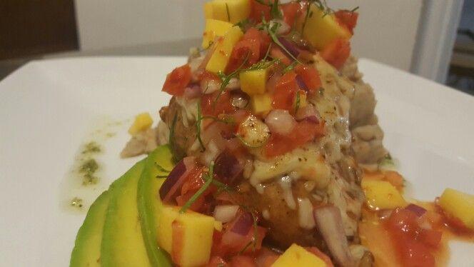 Pechuga de pollo con queso mozarella gratinado,salsa de chiles cebolla morada tomates y mango. Lascas de aguacate y majado decmalanga lila