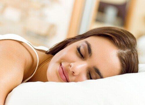 Werk als het mogelijk is alleen tot zonsondergang en ga daarna lekker ontspannen. Op deze manier leert je lichaam de nacht te koppelen aan rust en dus niet zo alert te zijn. Je gaat in bed liggen, …