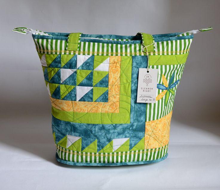 ELEANORka+large+no.+10+Pravý+handmade+patchwork+v+zeleno-žluto-modré.+Ideální+módní+doplněk+na+jaro+či+léto+pro+dívky+a+ženy,+které+potřebují+velký+prostor+v+tašce.+Určeno+pro+milovníky+patchworku.+Rozměry:+Výška:+36+cm+Šířka:+45+cm+(směrem+ke+dnu+se+zužuje+až+na+36+cm)+Dno+je+oválné+(33x+17+cm)+Kabelka+je+jednoduše+uzaviratelná+na+zip.+Uvnitř+se+nachází+dvě+...