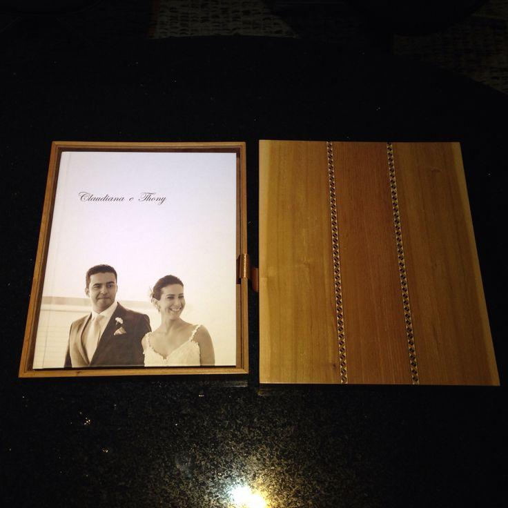Álbum de casamento 28x35cm com caixa de madeira e detalhe em marchetaria.  Eduardo Araújo Fotografia