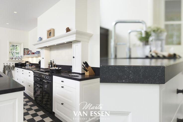 Prachtige landelijke keuken, tijdloos met unieke oven. De kleuren combinatie zwart wit werkt natuurlijk altijd, zo ook voor deze keuken die uniek op maat, en naar wensen van de klant is samengesteld.