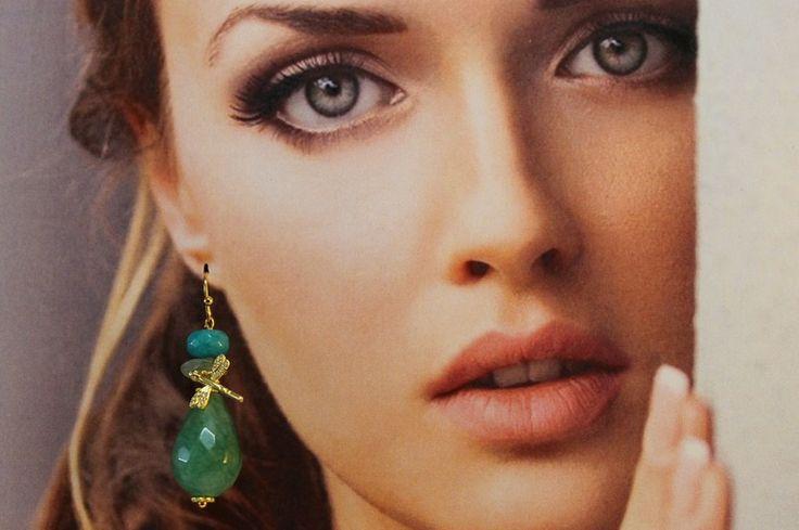 Pendiente con lágrima de jade y adorno dorado de Divain por DaWanda.com
