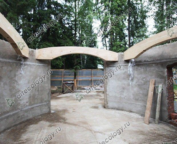 Круглая зона отдыха 2012 год. Деревянные балки вмонтированные в стены.