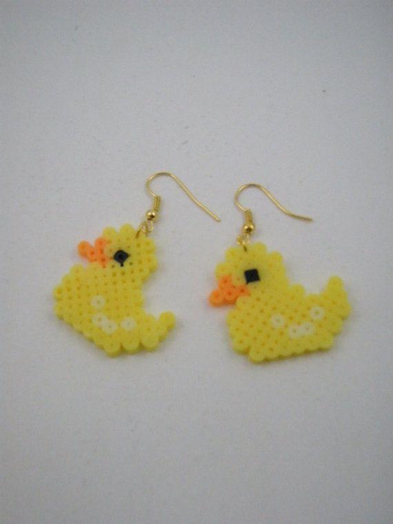 Articles similaires à Boucles d'oreilles faits à la main / perles Hama / Perler perles / jaune canard sur Etsy