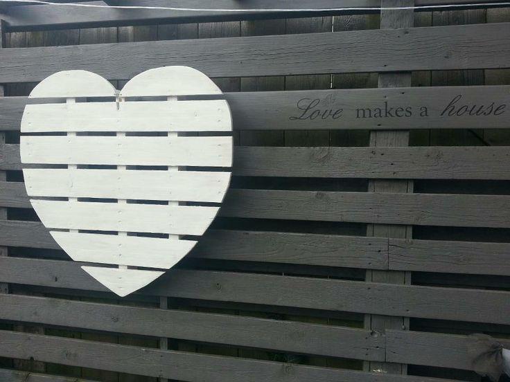 Hart van pallet gemaakt.... Of bij het verven van de schutting een hartjes motief niet verven ;-)