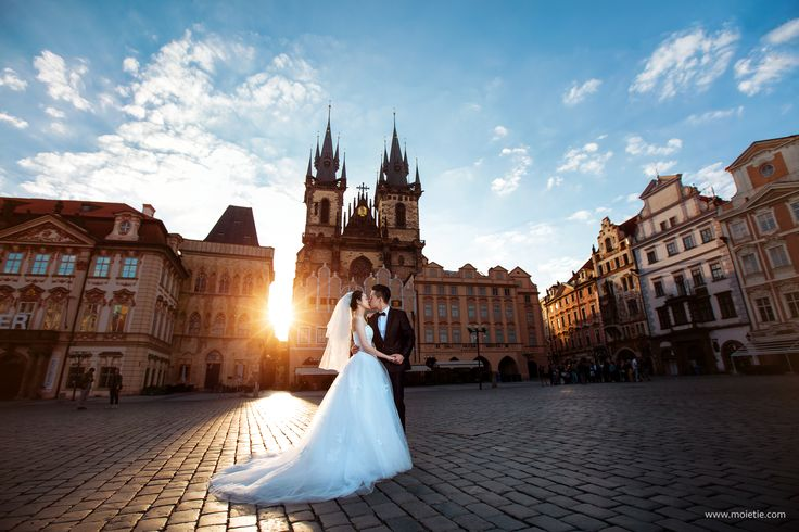 Sunrise on Old Town Square, Prague. #hkprewedding #prague #wedding #prewedding #preweddingprague #weddingprague #photographerprague #weddingphoto #weddingphotographer #moietie #布拉格 #摄影师在布拉格 #布拉格婚礼 #捷克布拉格婚纱摄影 #布拉格婚纱摄影 #婚礼 #新娘 #蜜月 #海外婚紗攝影 #城堡